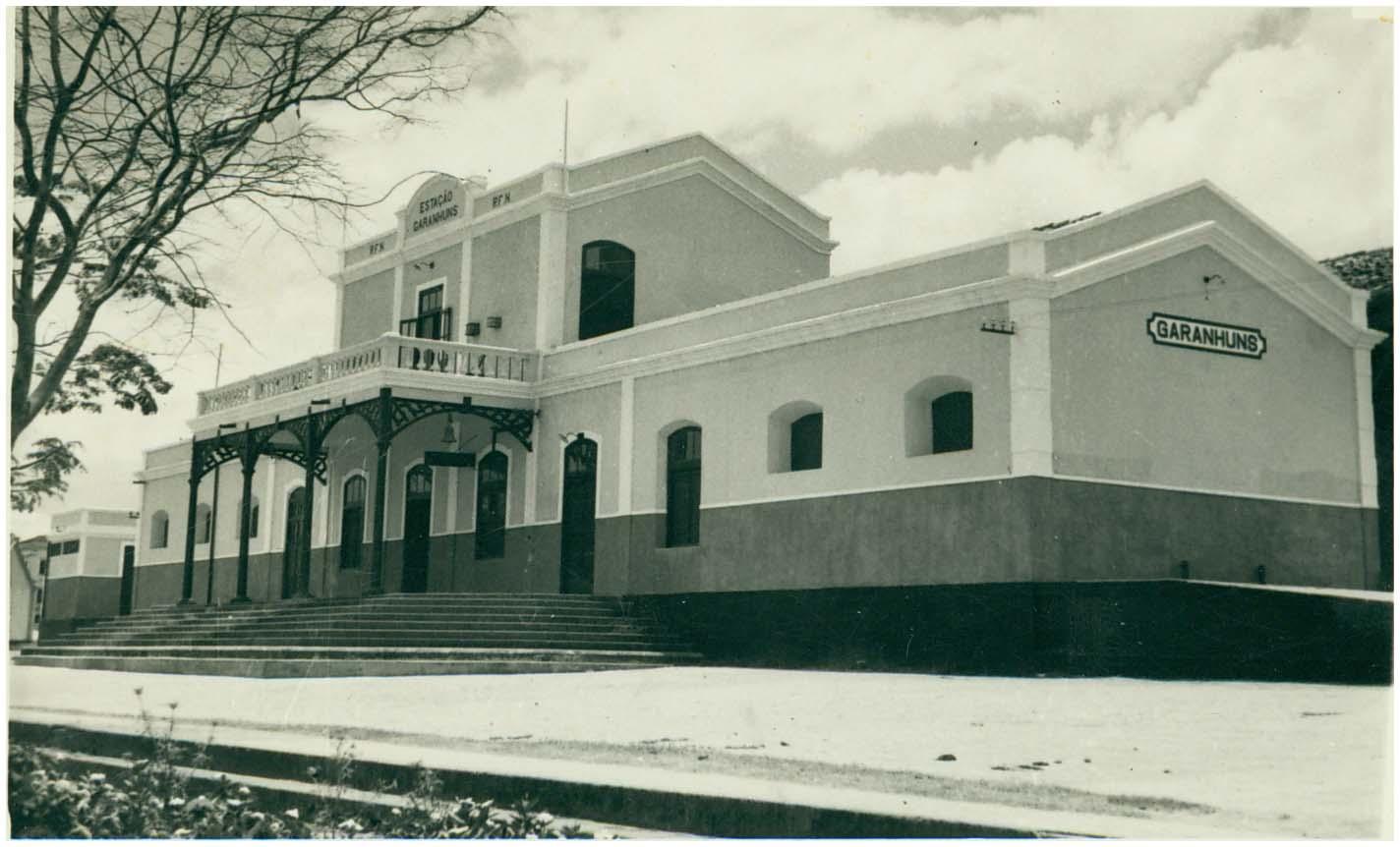 375392770 A estação de Garanhuns foi inaugurada em 1887 como ponta da linha que vinha  do Recife. Mais tarde foi transformada em ramal, com a abertura da E. F. Sul  de ...